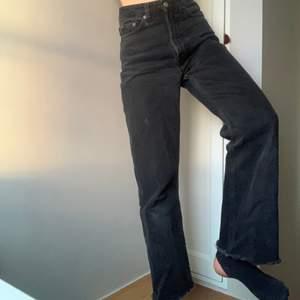 Weekday jeans i modellen Row(rowe??) De har patina, lite urtvättade men på ett snyggt sätt tkr jag! Storlek 24/32 men jag skulle säga att de snarare är en 25 och avklippta passar mig som är 1,60!