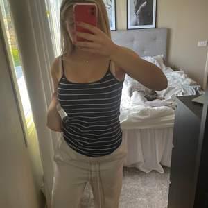 Randigt linne köpt secondhand, strl M men passar både större och mindre beroende på hur man vill att det ska sitta.