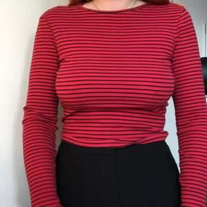 Jättefin och mjuk röd tröja. Materialet är stretchigt och ärmarna är långa i modellen. Den är i gott skick💕
