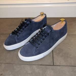 Blå skor i mocka från William Strouch. Använda några gånger men är i bra skick. Kostade 1500, har dessvärre inte kvar lådan men det löser sig. Kan båda skicka med leverans och mötas upp i Sundsvall.