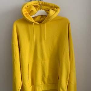 Fräsch sommar gul hoodie från weekday!