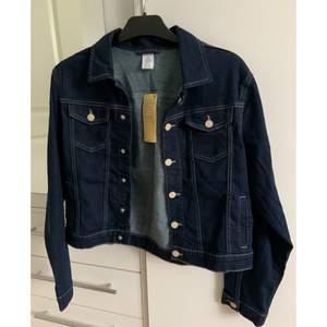 En helt ny jeansjacka från Lindex, egentligen storlek 170 men passar en S då den är stor i storlek.   Originalpris : 349kr  Skriv vid intresse!