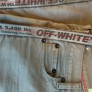 OFF-WHITE jeans i väldigt fint skick, knappt använda. Storlek 25. Defekt: ena byxhällan har lossnat och orsakat liten hål, vänstra hörnet på baksidan av byxan (skriv för bild)                             Inköpta på Nathalie Schuterman några år sedan, nypris 3895kr (prisklistermärke sitter kvar på insidan)