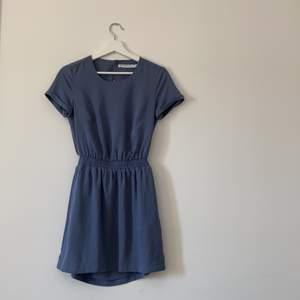 Så drömmig sommarklänning från Ivy Revel med FINASTE ryggen!! Säljer då den tyvärr blivit för liten, använd endast en gång!!💘💘💘