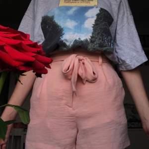 GRATIS FRAKT! ett par rosa, somriga shorts i nått slags mesh material. lite repor på baksidan med de syns knappt! man kan ta av bältet. köpte de på bik bok för några år sedan men de passar inte riktigt min stil längre.