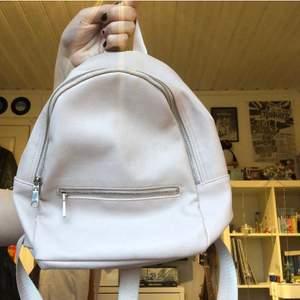 GRATIS FRAKT! en liten ryggsäck från H&M köpt några somrar sen men bara använd ett par gånger. ba den är justerbara och den är i väldigt bra skick