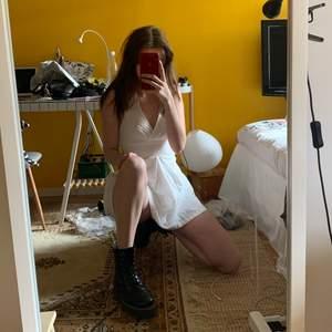 As trendig halterneckklänning i vit. Perfekt till studenten!!