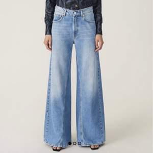 Jeans från Ganni, skit snygga på våren med förslagsvis en romantisk blus och ett par större skor. Nypris på dessa 2021 är 1899kr. Använda en del och därav slitningar (se bild 3) jag anser dock att det är en snygg detalj, men därav ett läge pris. dem har även mindre slitningar vid innerbenet men inget som syns när dem är på eller i rörelse !