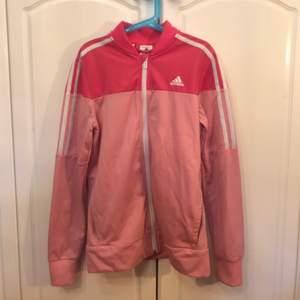 Rosa tracksuit kofta från Adidas i storlek XS. Använd några gånger men i fint skick. Kan frakta eller mötas i Sthlm. Hör av dig om frågor!💖