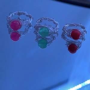 Hej! Jag gör och säljer specialdesignade ringar, har både fake och riktiga pärlor och om ni vill veta vilken kristall det är så är det bara att skriva privat:) Pris kan variera mellan 40-70 beroende på vilken sten det är! Samfraktar gärna vid köp av flera och kan göra olika storlekar, så länge ni skriver måttet runt ert finger! Kan skriva privat vilka färger det finns och det går bra att avbryta köp så länge det är innan ni har betalat!Tar endast swish då det är lättast🥰 skriv vid intresse💕