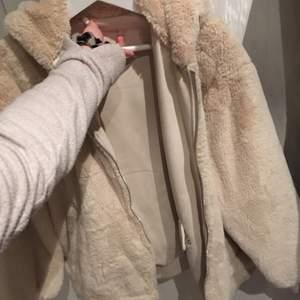 En jättefin beige pälsjacka från Zara i storlek xs. Använd en gång.