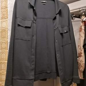 En jacka ifrån Jack & jones! Svart, köpare står för frakten. Buda!