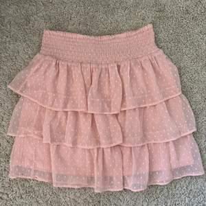 Den perfekta kjolen till sommaren. Knappt använd då jag känner att den inte riktigt är min stil 💕💕 frakt tillkommer, skriv för fler bilder. Fläckarna på andra bilden är på spegeln! BUD ÄR BINDANDE