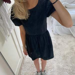 Oanvänd klänning med puffärmar från H&M 🖤🖤