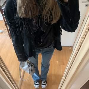Jättecool Zara jacka i jeansliknande material med glittriga fransar runt hela jackan! 🖤 Perfekt till våren!! ⚡️ Använde den ganska ofta för ungefär 1,5 år sedan men sedan dess har den inte använts tyvärr... Har för mig att den kostade cirka 500kr 🥰💓 KÖP DIREKT: 320kr + frakt 🚚