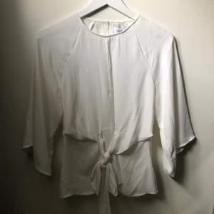 Vit blus från bubbleroom och märket Chiara Forthi. Knäpps med liten knapp och dragkedja i ryggen. Storlek 34. Aldrig använd 🌸