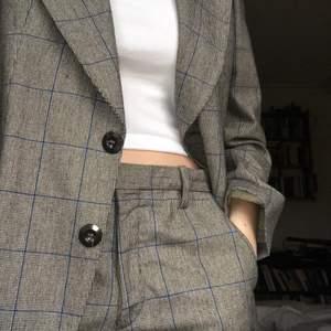 En (herr)kostym köpt på second hand, men tyvärr aldrig använd. Byxorna går till fötterna på mig som är 173. Hör gärna av er om frågor:) Köpare står för frakt💕