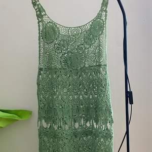 Grön nätkänning, snygg att ha på stranden oavgörbar exempel bikini eller över en skjorta