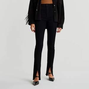 Supersnygga svarta slit jeans från Gina Tricot i stl 40. De är väldigt långa och har därför små slitningar längst ner (se bild 3) men det är absolut inget som syns. Använda ca 2-3 gånger då de inte är min stil.