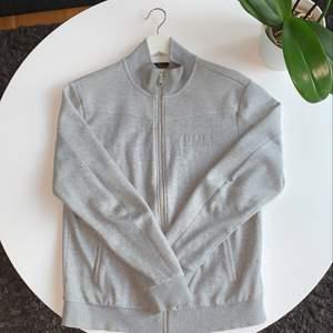 Grå Hugo Boss tröja som är köpt från en Johnells för ett tag sedan, jätte bra kvalitet som ny