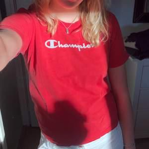 Vintage röd t-shirt från champion som är lite liten på mig men sjukt snygg vintage😆