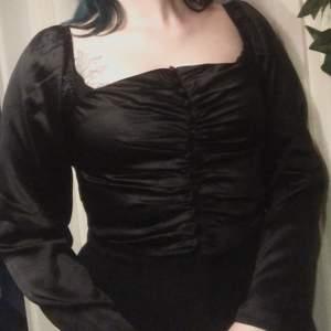 En silkig topp i stil milkmaid. Väldigt behagligt tyg. använd fåtal gånger.