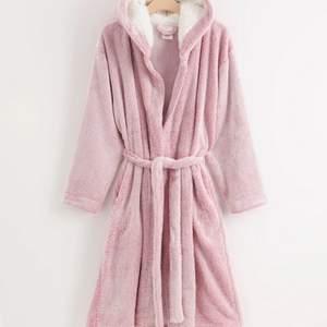 Rosa morgonrock ifrån Lindex. Lånade dom 2 första bilderna pågrund ut av att jag inte kan ta på mig den. Den har ett vitt mjukt tyg i luvan. Ett kärt eller band som man trär in genom hålen rund om morgonrocken. Men den är bra kvalitet inget hål eller nått. Köparen står för 10 kr frakt 🚚 📦 säljer för 60 kr + frakt