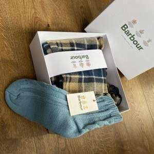 BARBOUR winter kit. Halsduk och sockor från Barbour. Orörd, alla tags på.