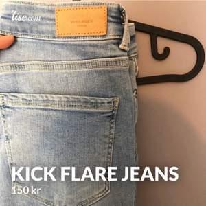 Kick flare jeans från vero Moda i storlek 34. Väldigt stretchiga och formar sig efter benen och rumpan. Kan tyvärr ej ha dessa då dom ej är min stil. Använda ca en gång. Nypris 399kr Skriv vid intresse💞