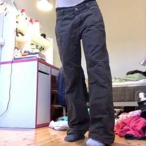 Coola bruna lågmidjade baggy byxor! 😍💞 Det står storlek 32/32, men skulle säga lite mindre!