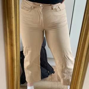 Superfina jeans från Monki i modellen Mozik. Säljs då de inte kommer till användning längre! Näst intill oanvända💕