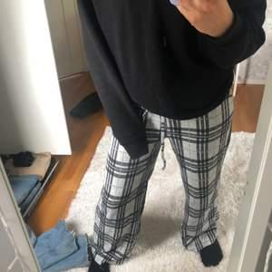 Ett par gråa jättesköna och mjuka pyjamas byxor. Dom är supersköna och snygga och dessutom ganska bra längd på mig, jag är 170 cm.