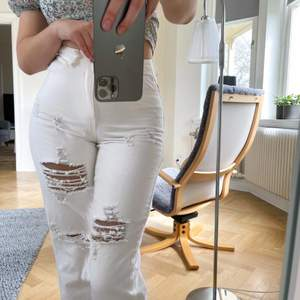 Strl. EU 36, vita jeans med raka ben och hål