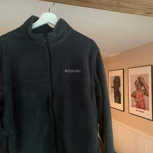 Columbia Fleece köpt i Kanada 2018, knappt använd sedan dess. Storlek L och sitter TTS, grymt skön och användbar. Helst swish men plick pay funkar också.