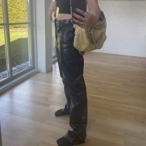 ASballa byxor från weekday i strl 38. Jag har normalt sett strl 34 och är 160 cm lång, därför är de lite stora på mig. De är gråskimrande och är i bra kvalitet. Oanvända