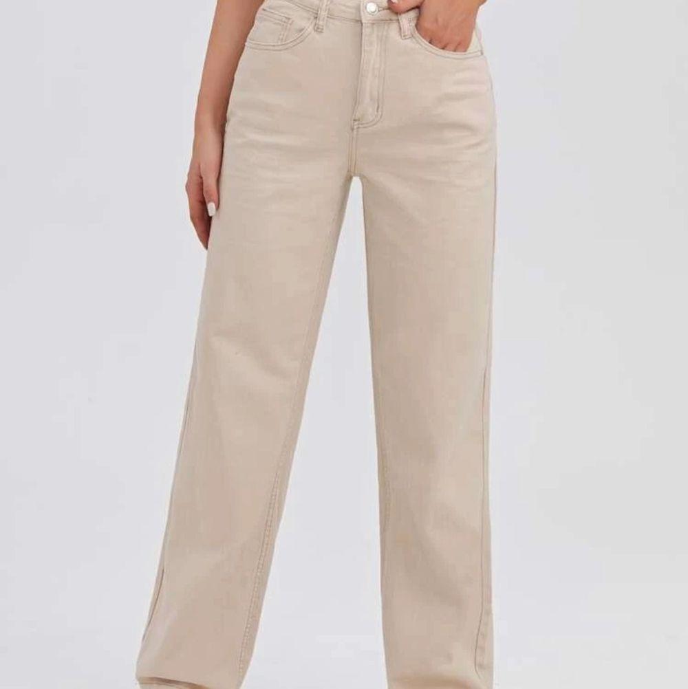 Helt nya beiga Jeans som dock är för stora för mig! Så kan därför inte skicka egna bilder på. För långa för mig som är 160 men får absolut att klippa av. Strl s men passar även M. Frakt tillkommer. Jeans & Byxor.