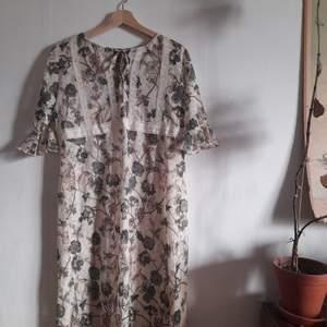 Superfin långklänning med fina mönster. Pm för mått.