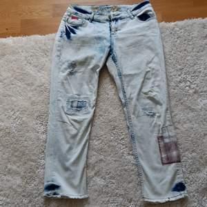 Moderna designjeans från Desigual. Lite använda och jeansen har en bra kvalité. Streatch.