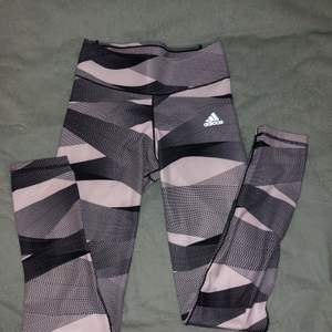 Jätte coola tränings tights från adidas, de är i ett tunnare material men inte genomskinlig. De har en fläck på benat på baksidan (se bild 3) men inget man märker av.