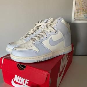 Hej, säljer ett par Nike dunk high football grey i storlek 40, wmns 8,5. De är helt nya, aldrig använda. Skickas dubbelboxat, vid frågor är det bara skicka meddelande. Köparen står för frakt