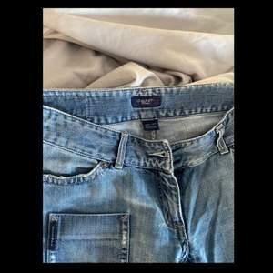 Supercoola ljusblå jeans (LÅGMIDJADE) från Gant som är ca 25 år gamla (ish). Jag har liten midja och större höfter/lår och de sitter för tajt där! Längden är perfekt lång för mig som är 173! 🤍🤍 frakt diskuteras !! OBS: ett fäste där skärpet går igenom (baksidan) har lossnat !!