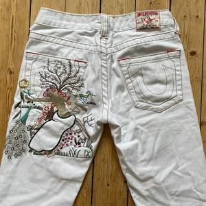 Säljer mina favorit jeans då de börjar bli för små! Midjemåttet är 73cm de är flare, vita, lågmidjade <3 skriv till mig för fler bilder då min Plick strular lyckades jag inte få in resterande bilden annonsen. Buda gärna och fråga mig vad som helst i chatten :) (köpta här på plick)