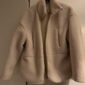 Fluffig varm jacka från hm. Använd dock i fint skick.