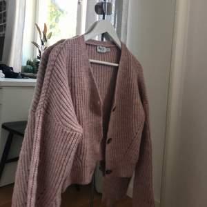 Säljer en jättemysig stickad tröja ifrån NA-KD, nypris 450 kr , storlek XS (passar från XS-M skulle jag säga) 💕 JÄTTEBRA skick och är inte stickig alls!!