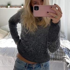 Säljer denna assnygga stickade glittriga tröja. Köpt second hand, men i jätte fint skick. Skriv om ni har frågor eller vill ha fler bilder💘