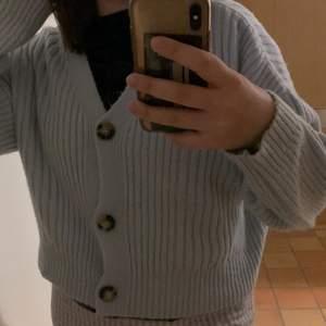 Två tröjor med knappar ifrån chiquelle. En för 50kr två för 90kr.🤍Båda har bra skick!