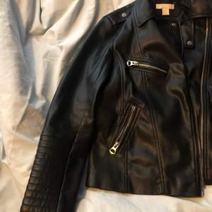 Så snygg fake läderjacka som är för lite för liten för mig! Svart läder går att passa ihop med nästan allt i garderoben vilket gör mig så ledsen över att behöva bli av med den😔❤️ När man zippar upp jackan så går den tvärs över (kontakta för fler bilder)✨💕