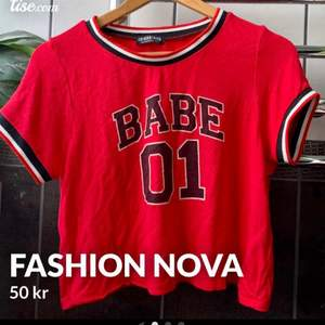 Säljer denna snygga T-Shirten från Fashion Nova i storlek S! Så snygg att knyta (se bild 2)  Jag brukar ha M i kläder, passar därför även en M. Sparsamt använd, bra skick! Kontanta mig vid frågor💕