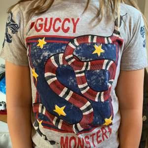 As snygg gucci t-shirt, köpt 2018 på nk barn. Skulle säga att den passar en xs (inte oversized). 🌟