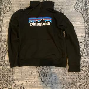 Svart patagonia hoodie med tryck på framsidan. Köpt på junkyard för två år sedan, knappt använd. 🌄